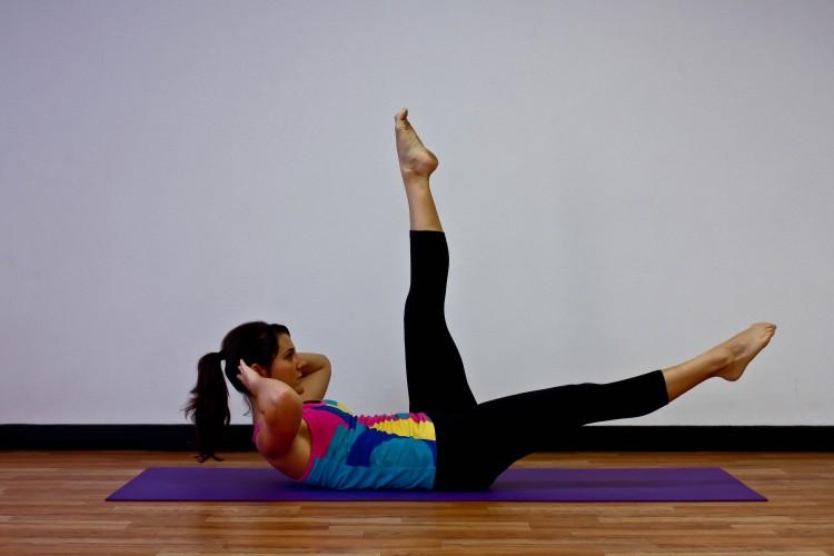 Поочерёдный подъём ног для проработки косых мышц нижнего пресса.
