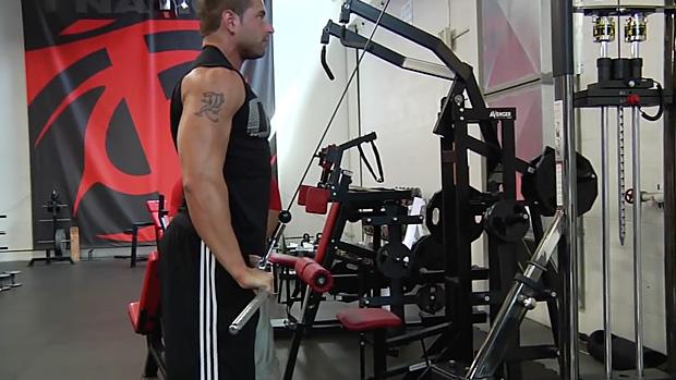 Техника выполнения тяги верхнего блока к груди.