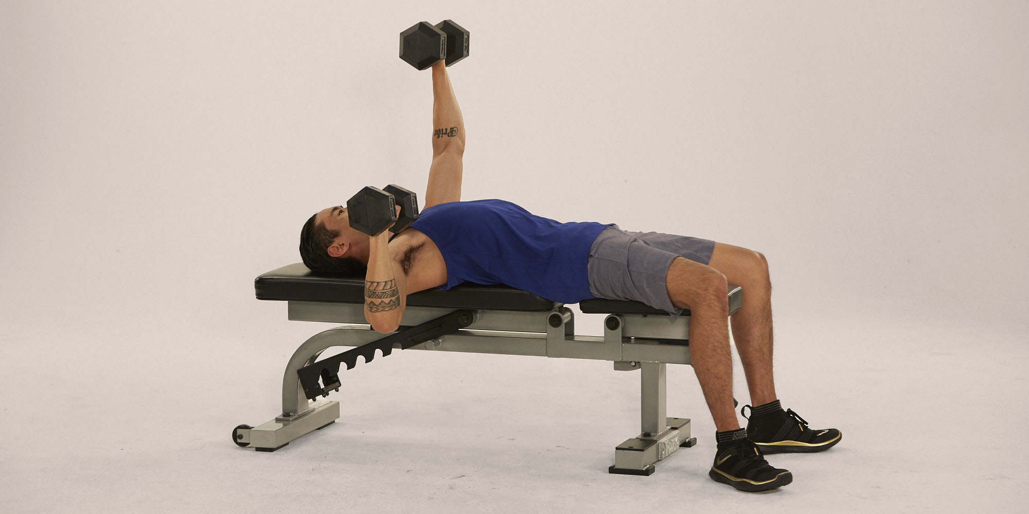 Упражнения для проработки груди при помощи гантелей.