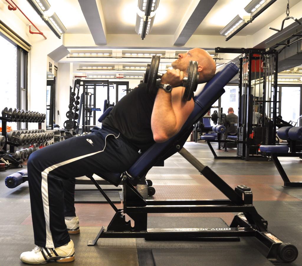 Правильная проработка мышц груди при работе с гантелями.