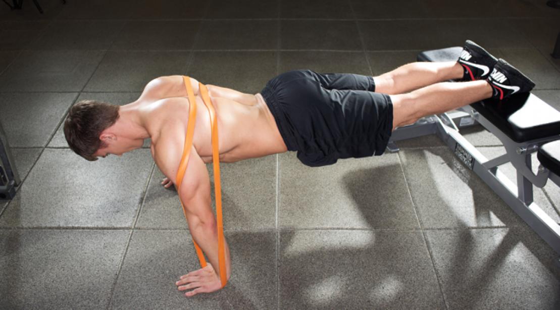отжимания от пола под наклоном для проработки нижней части груди.